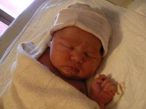 E. al nacer con 4,7 kg